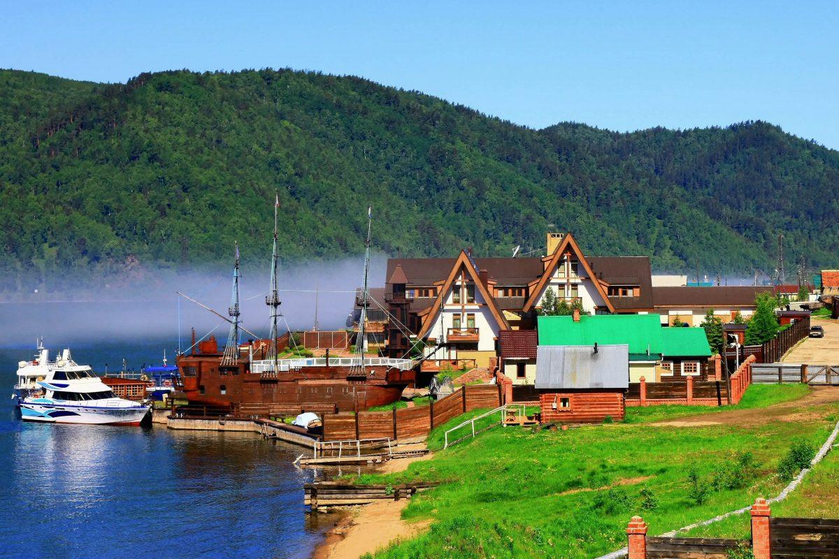Das kleine Dorf Listwjanka gilt als touristisches Besucherzentrum am Baikalsee in Russland - © yui / Shutterstock