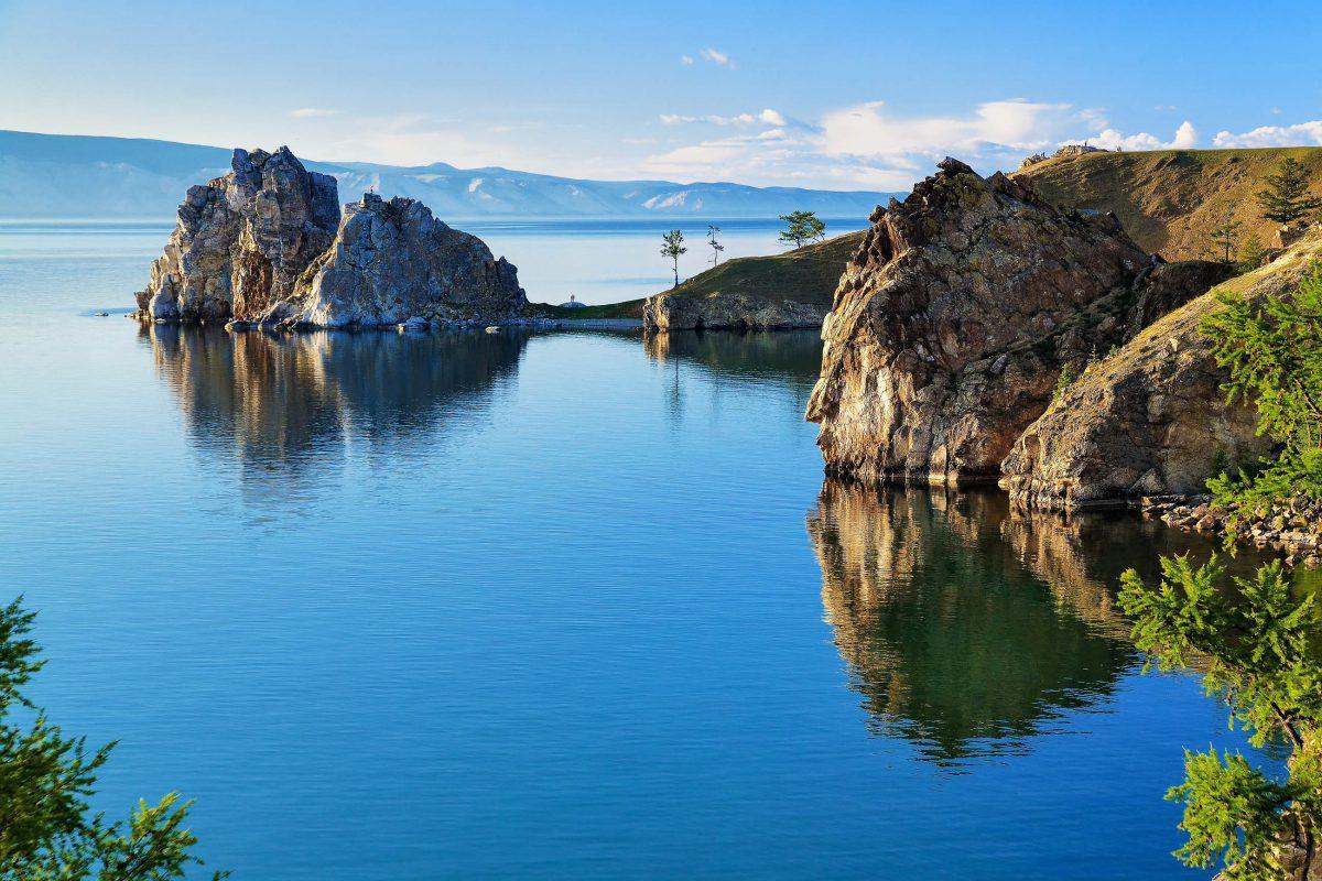 Das markante Kap Burhan mit dem berühmten Schamanen-Felsen im Baikail-See in Russland - © MikhailMarkovskiy/Shutterstock
