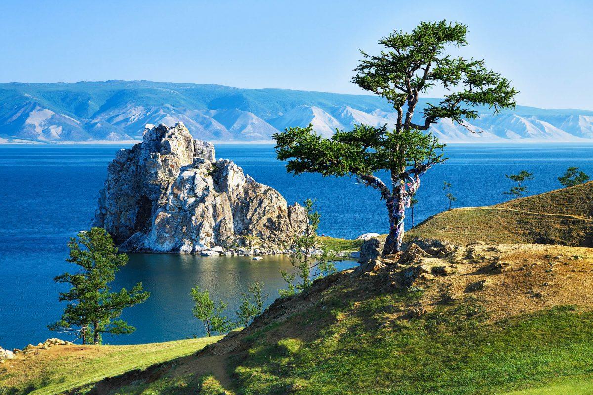 Der Baikalsee ist mit einer Tiefe von 1.642m und einem Alter von 25 Millionen Jahrender tiefste und älteste See, sowie das größte Süßwasser-Reservoir der Welt, Russland - © Mikhail Markovskiy / Fotolia