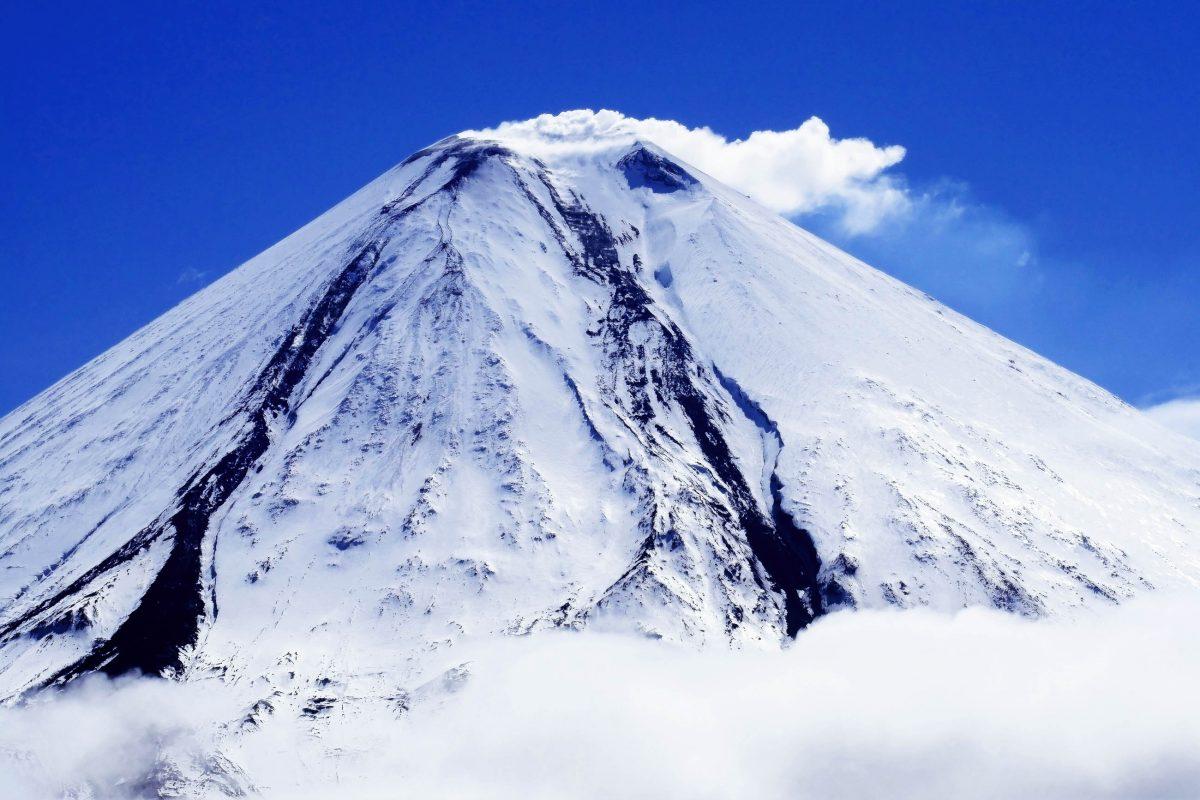 Der feuerspeiende Riese Kljutschewskoi ist der größte aktive Vulkan Eurasiens, Russland - © Sergio Ponomarev / Shutterstock