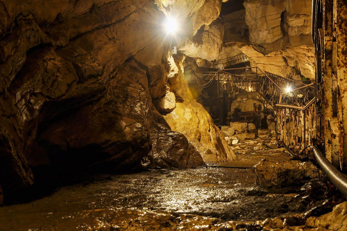 Die 12km lange Vorontsovskaya-Höhle im Sotschi-Nationalpark zählt zu den schönsten Höhlen Russlands - © Martynova Anna / Shutterstock