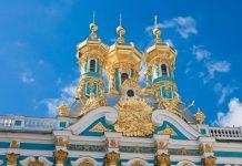 Die goldenen Kuppeln an der Palastkirche des Katharinenpalastes in Puschkin blitzen im Sonnenlicht, Russland - © nikolpetr / Shutterstock