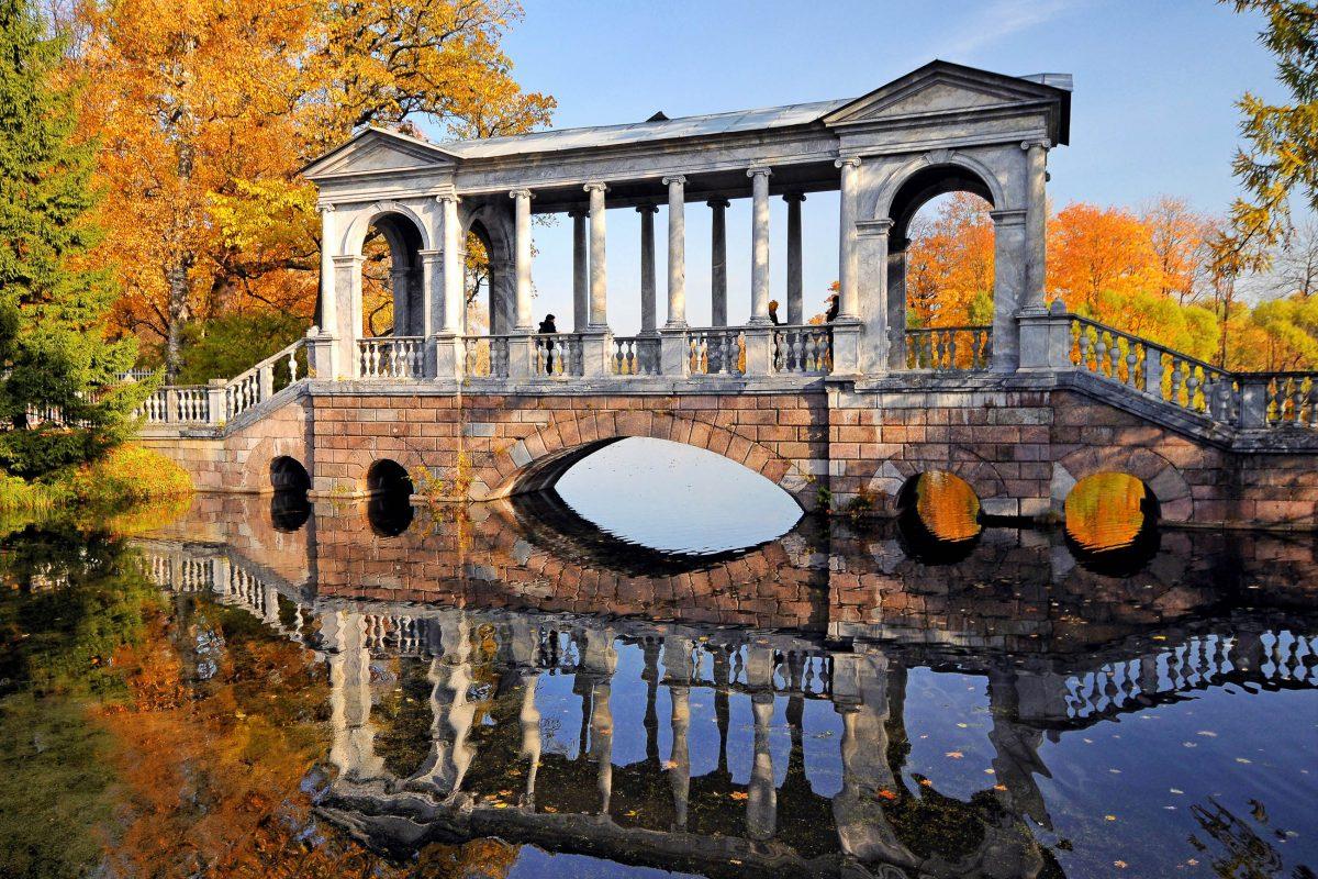 Die malerische Marmorbrücke im Schlossgarten des Katharinenpalastes in Puschkin, Russland - © tovovan / Shutterstock