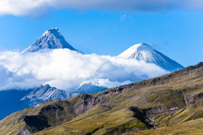 Die Vulkane Kljutschewskoi und Kamen auf der Halbinsel Kamtschatka in Russland - © Alex Ishchenko / Fotolia