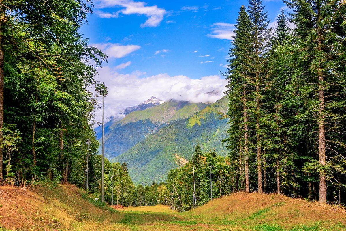 Fantastische sommerliche Gebirgslandschaft in der Aibga-Kette nahe Krasnaja Poljana im Südwesten Russlands - © Felix Lipov / Shutterstock