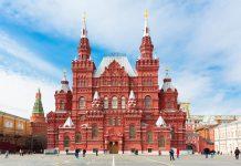 Das Historische Museum von Moskau thront an der Nordwestseite des berühmten Roten Platzes, Russland - © Yana Ermakova / Shutterstock