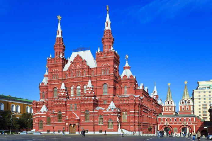 Das Staatliche Historische Museum ist eines der auffälligsten Gebäude am Roten Platz in Moskau und das bedeutendste Museum über die Geschichte Russlands - © abadesign / Shutterstock