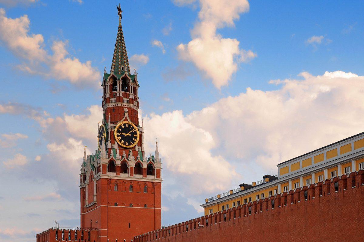 Der eindrucksvolle Erlöserturm in der Mauer um den Kreml in Moskau, Russland - © stocknadia / Shutterstock