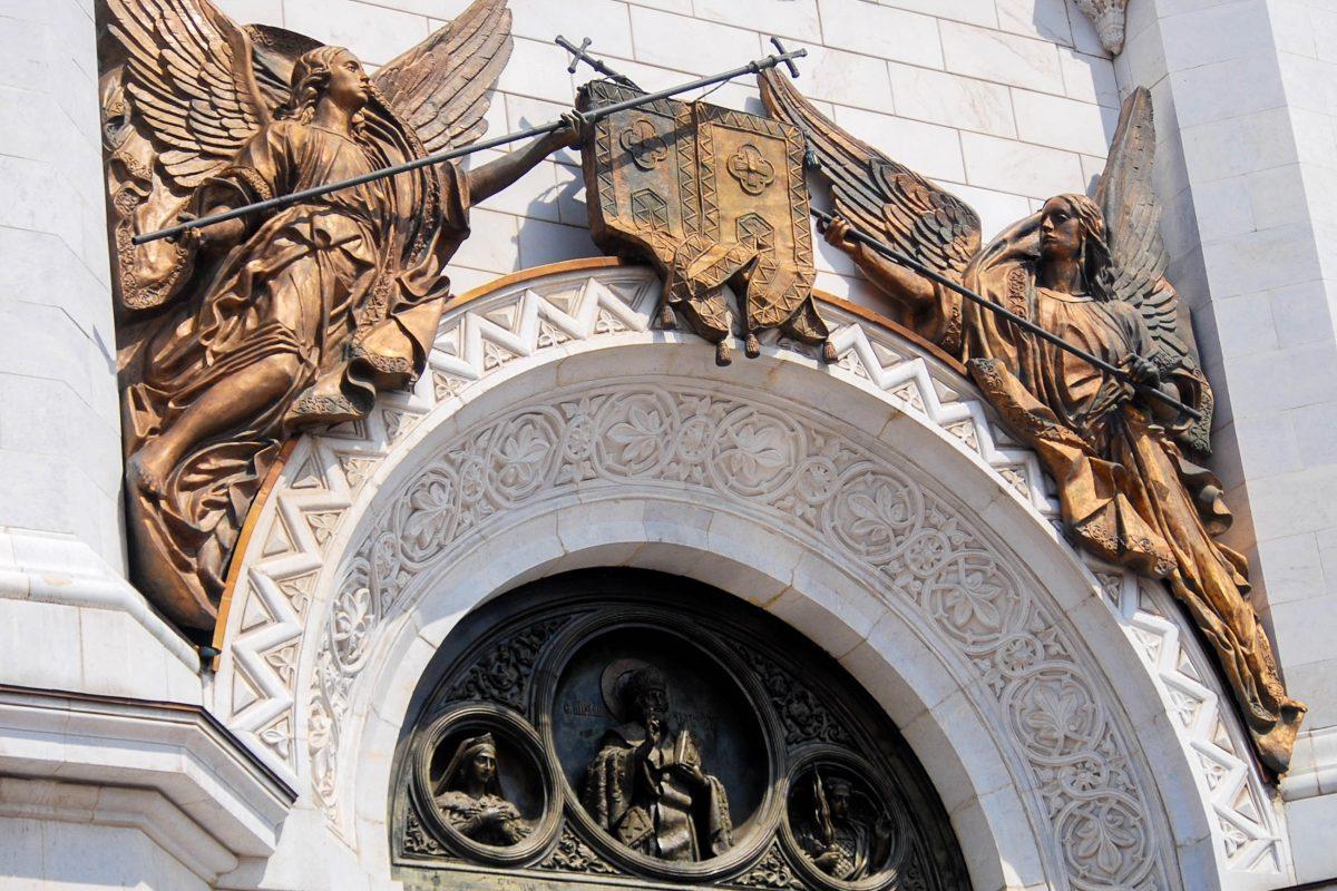 Die Christ-Erlöser-Kirche in Moskau, Russland, ist innen und außen mit kunstvollen Skulpturen und Malereien ausgestattet - © Ekaterina Bykova / Shutterstock