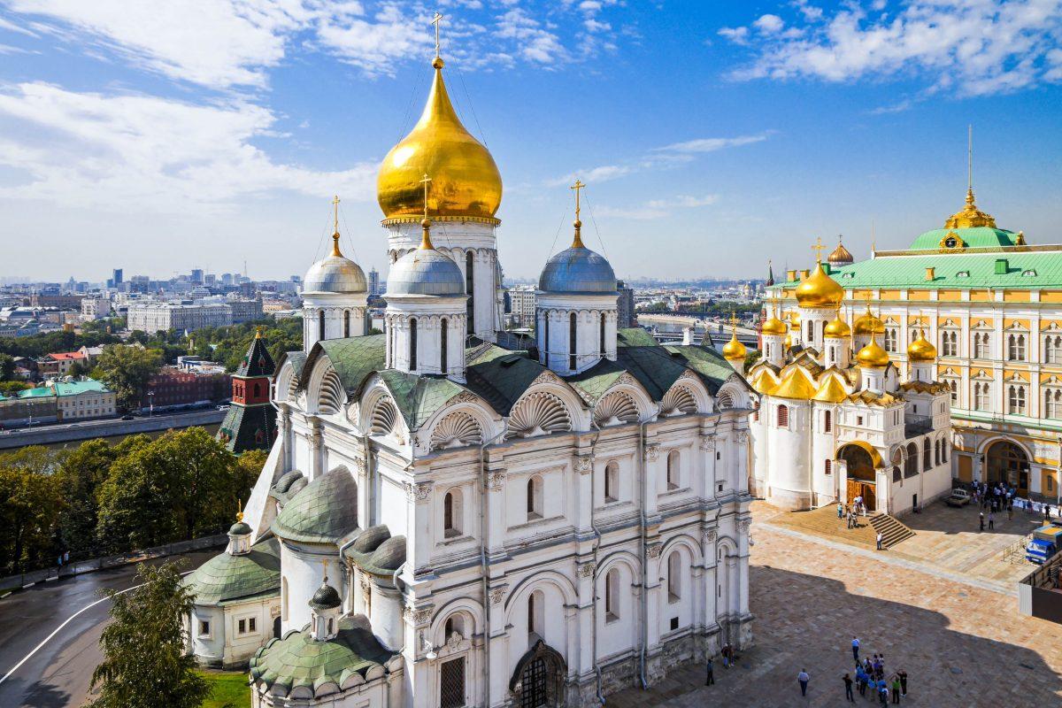 In der Erzengel-Kathedrale liegt der grausame Herrscher Iwan der Schreckliche in Gesellschaft anderer russischer Großfürsten und Zaren begraben, Moskau, Russland - © abadesign / Shutterstock