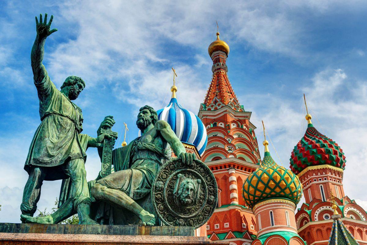 Vor der Basilius-Kathedrale in Moskau, Russland, thront ein Denkmal für Minin und Poscharski, die beiden Anführer des Volksaufstandes gegen die polnische Intervention 1611 - © Viacheslav Lopatin/Shutterstock