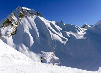 Schroffe Gipfel und exzellente Pistenbedingungen in Krasnaja Poljana, dem beliebtesten Skiegebiet Russlands - © Merkushev Vasiliy / Shutterstock