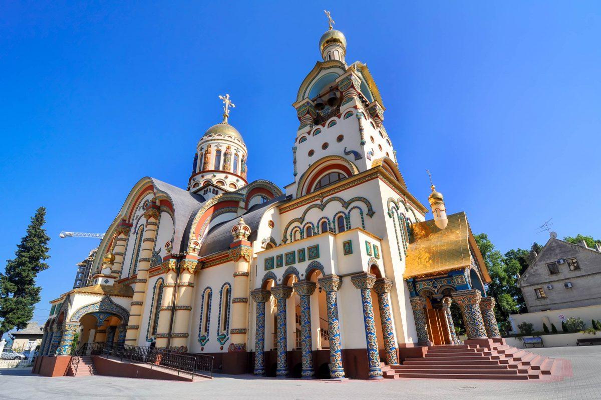 Die Russisch-Orthodoxe Kirche des Hl. Wladimir in Sotschi fällt durch ihre prächtige Fassade ins Auge, Russland - © Martynova Anna / Shutterstock