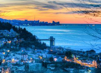 Sotschi am Schwarzen Meer hat als Austragungsort der Olympischen Winterspiele im Jahr 2014 weltweite Berühmtheit erlangt, Russland - © Mikhail Kolesnikov / Shutterstock