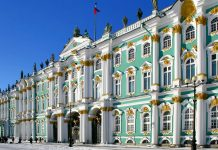 Der Fassadenschmuck des barocken Winterpalastes der Eremitage in St. Petersburg ist auf keiner der vier Seiten gleich, Russland - © Art Konovalov / Shutterstock
