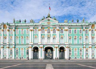 Die Eremitage in der russischen Stadt St. Petersburg zählt zu den größten und wichtigsten Kunstmuseen der Welt; Sie umfasst über 60.000 Ausstellungsstücke in 350 Sälen - © Irina Burakova / Shutterstock