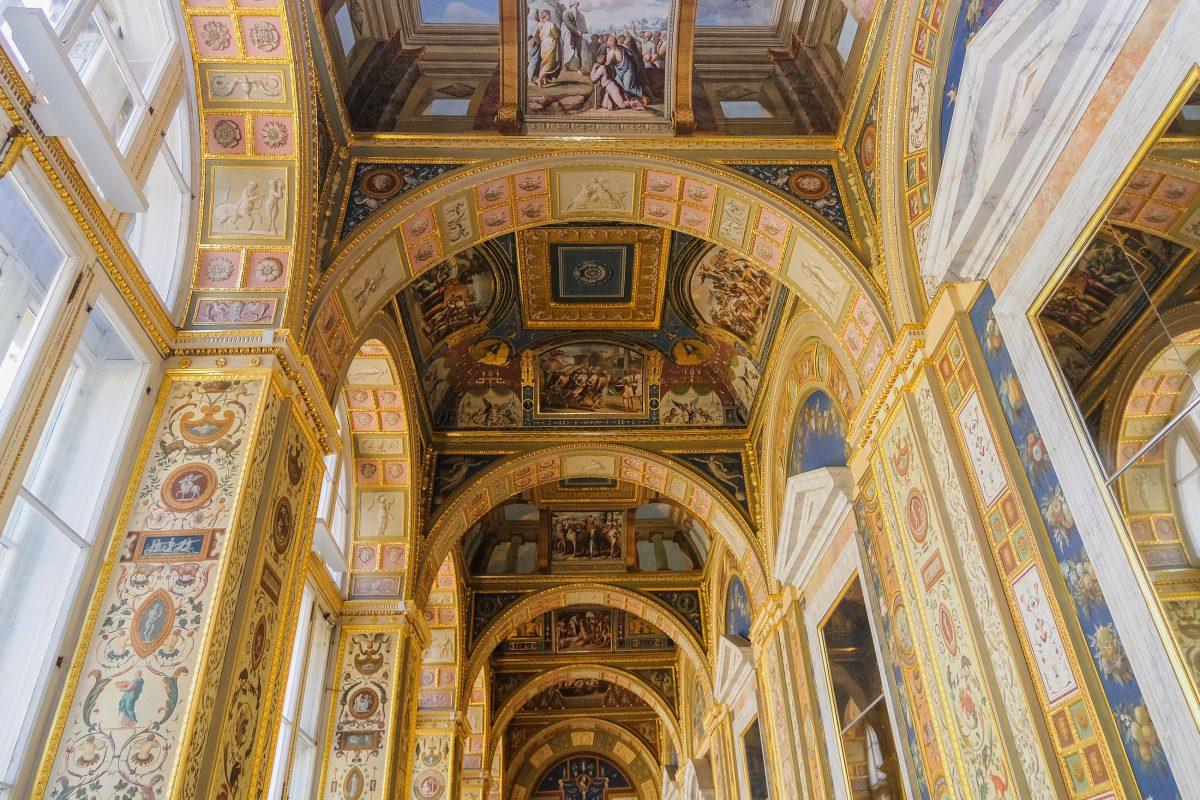 Die Galerie in der Eremitage wurde in den 1780er Jahren als Replikation der Loggia im Apostolischen Palast in Rom gemalt, St. Petersburg, Russland - © tovovan / Shutterstock