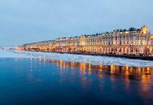 Die prachtvollen Gebäude der St. Petersburger Eremitage stammen aus dem 18. und 19. Jahrhundert, Russland - © Solodov Alexey / Shutterstock