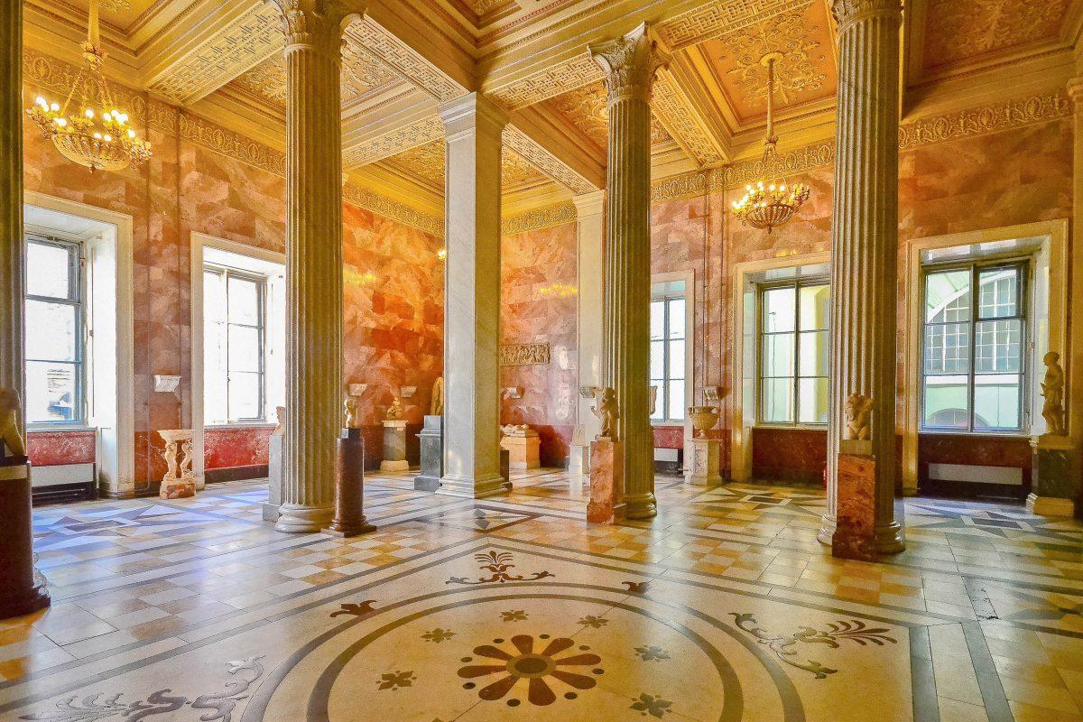 Die Sammlung der St. Petersburger Eremitage umfasst beinahe zehn mal so viele Ausstellungsstücke wie der Pariser Louvre, Russland - © cesc_assawin / Shutterstock