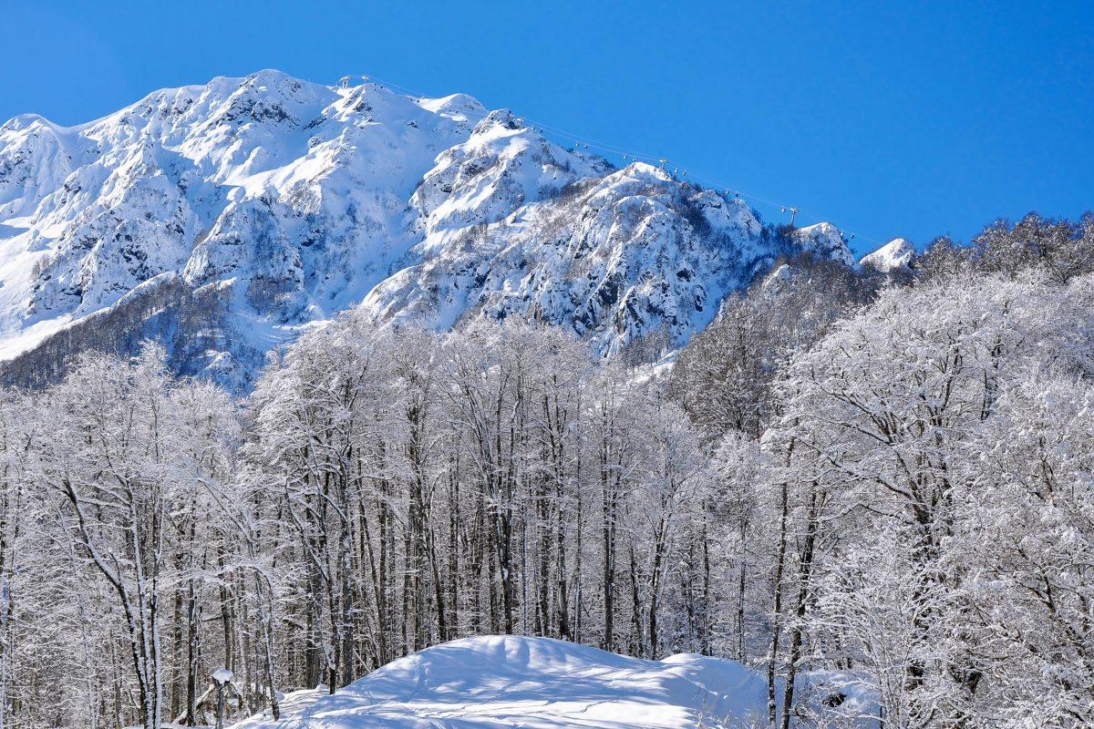 Traumhafte Winterlandschaft im Skigebiet Krasnaja Poljana, das durch die Olympischen Winterspiele 2014 schlagartig weltbekannt geworden ist, Russland - © Martynova Anna / Shutterstock