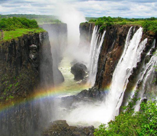 Die Victoriafälle im Nationalpark Mosi-oa-Tunya sind mit einer gewaltigen Breite von zwei Kilometern und einer Höhe von 140 Metern die größten Wasserfälle Afrikas, Sambia - © PrzemyslawSkibinski/Shutterstock