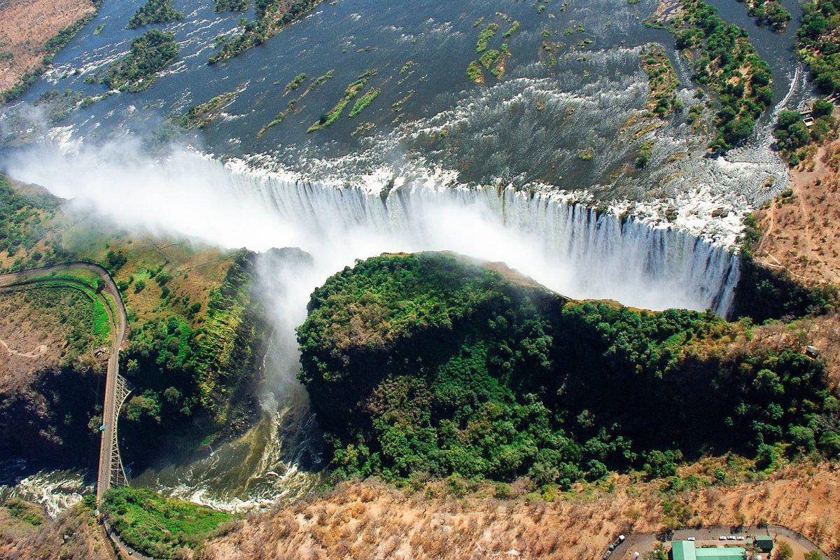 Luftaufnahme der Victoriafälle im Nationalpark Mosi-oa-Tunya, Sambia - © wolfso / Shutterstock