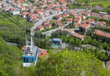 Durch eine Seilbahn ist Borgo Maggiore am Fuß des Berges Titano mit der Hauptstadt Città di San Marino verbunden - © Pavel L / Shutterstock