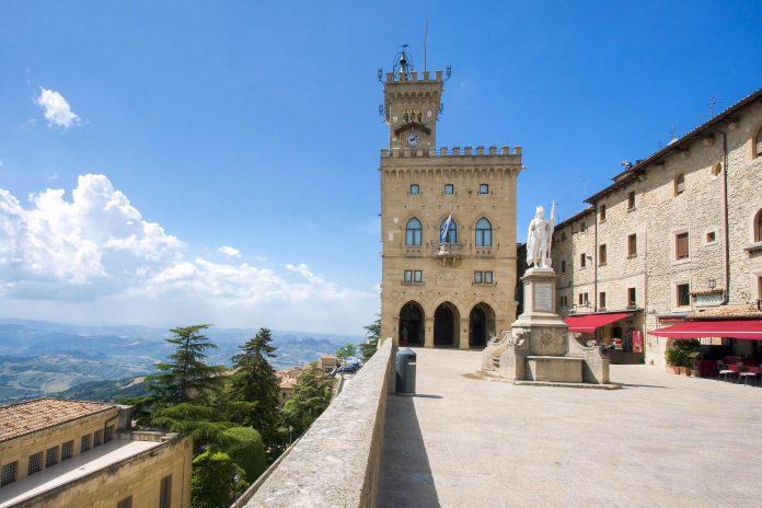 Der neugotische Regierungspalast Palazzo die Capitani am Piazza della Libertà in Città di San Marino, davor die Freiheitsstatue von San Marino - © Vladimir Sazonov / Shutterstock