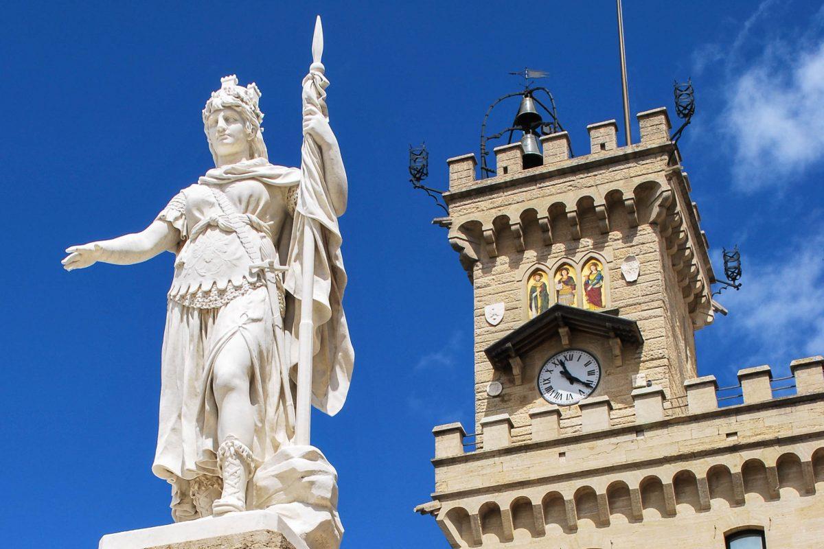 Die marmorne Freiheitsstatue von San Marino am Piazza della Libertà, dahinter der Palazzo die Capitanei - © Crisferra / Shutterstock