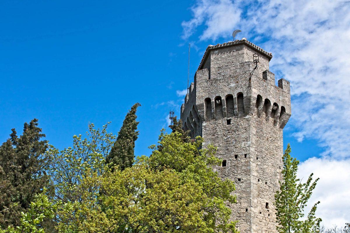 Montale, der letzte der drei Wehrtürme von San Marino, kann als einziger nicht besichtigt werden - © ermess / Shutterstock