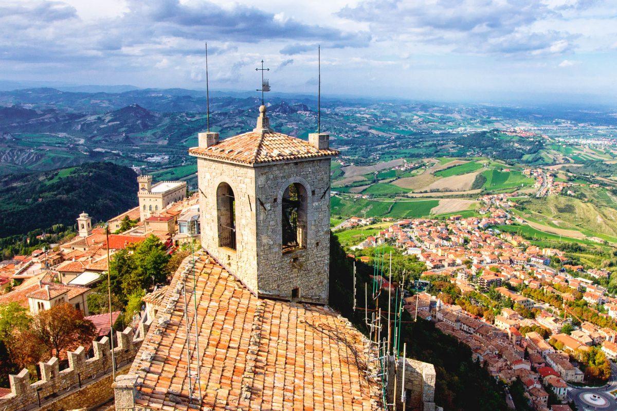Vom Wehrturm Guaita tut sich ein spektakulärer Panoramablick über San Marino auf - © liseykina / Shutterstock