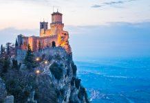 Der Wehrturm Guaita thront auf dem Berg Titano und beschützt San Marino bereits seit dem 11. Jahrhundert - © Caminoel / Shutterstock