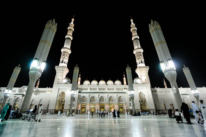 Die prunkvolle Prophetenmoschee in Medina bei Nacht, Saudi-Arabien - © Zurijeta / Shutterstock