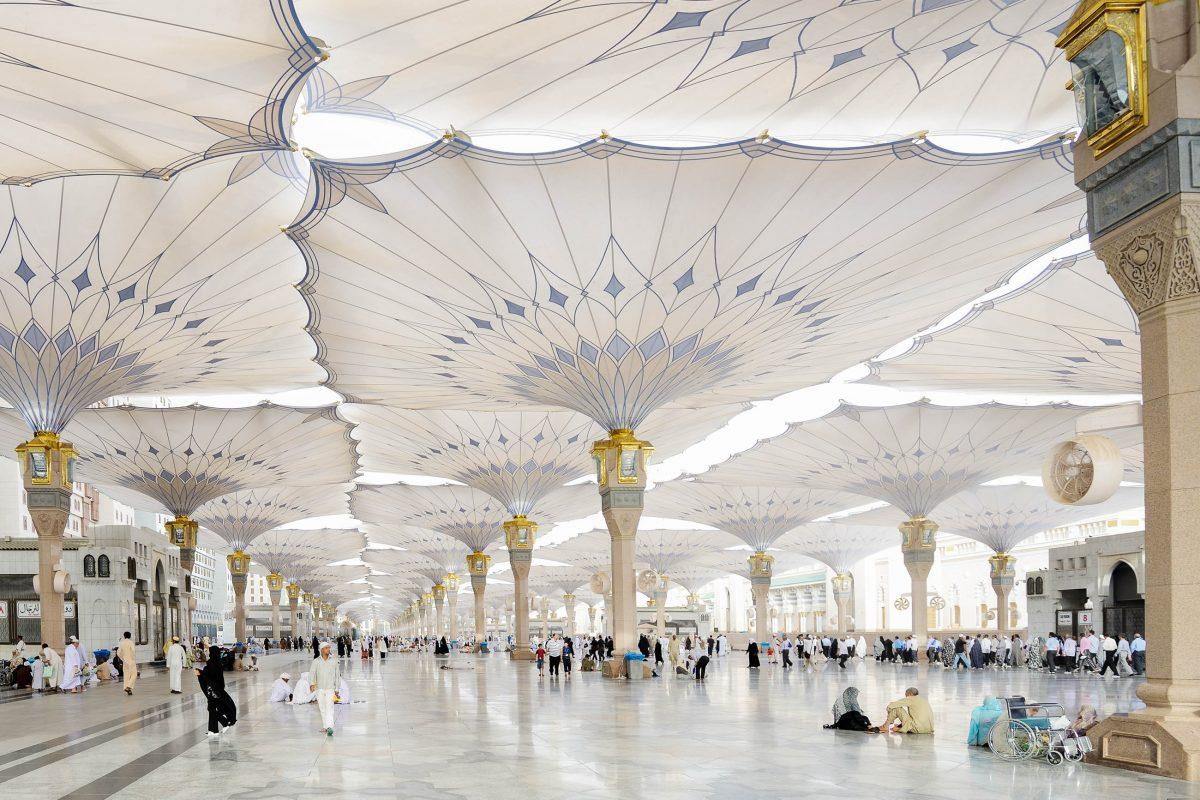 Die prunkvollen Innenhöfe der Prophetenmoschee in Medina, Saudi-Arabien, werden von gigantischen Sonnensegeln beschattet - © Zurijeta / Shutterstock