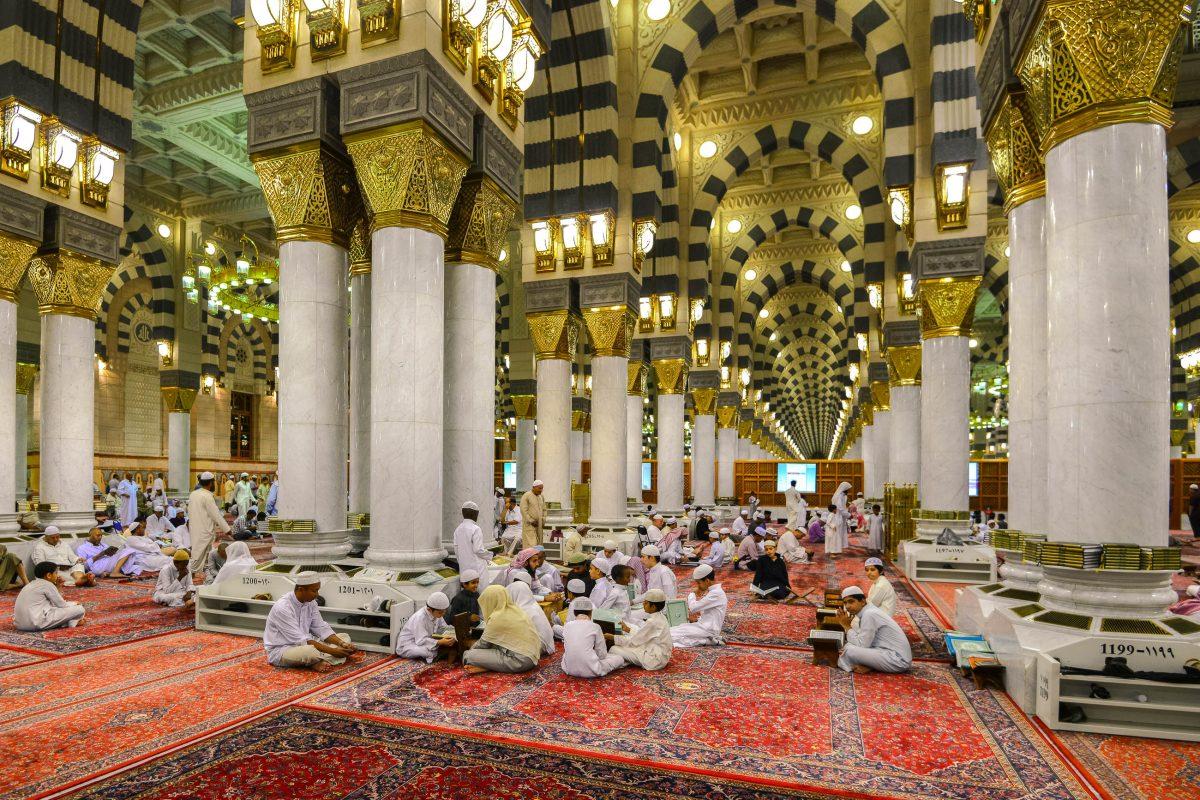Prunkvolle Gebetshalle der Prophetenmoschee in Medina, Saudi Arabien - © abuirfan78 / Shutterstock