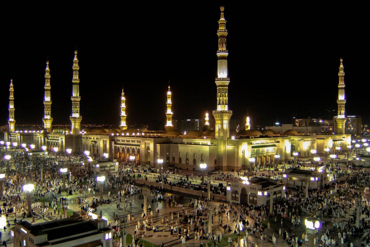 Tausende Gläubige pilgern zur Prohpetenmoschee in Medina, nach Mekka der zweitheiligsten Moschee des Islam, Saudi Arabien - © ahmad faizal yahya/Shutterstock