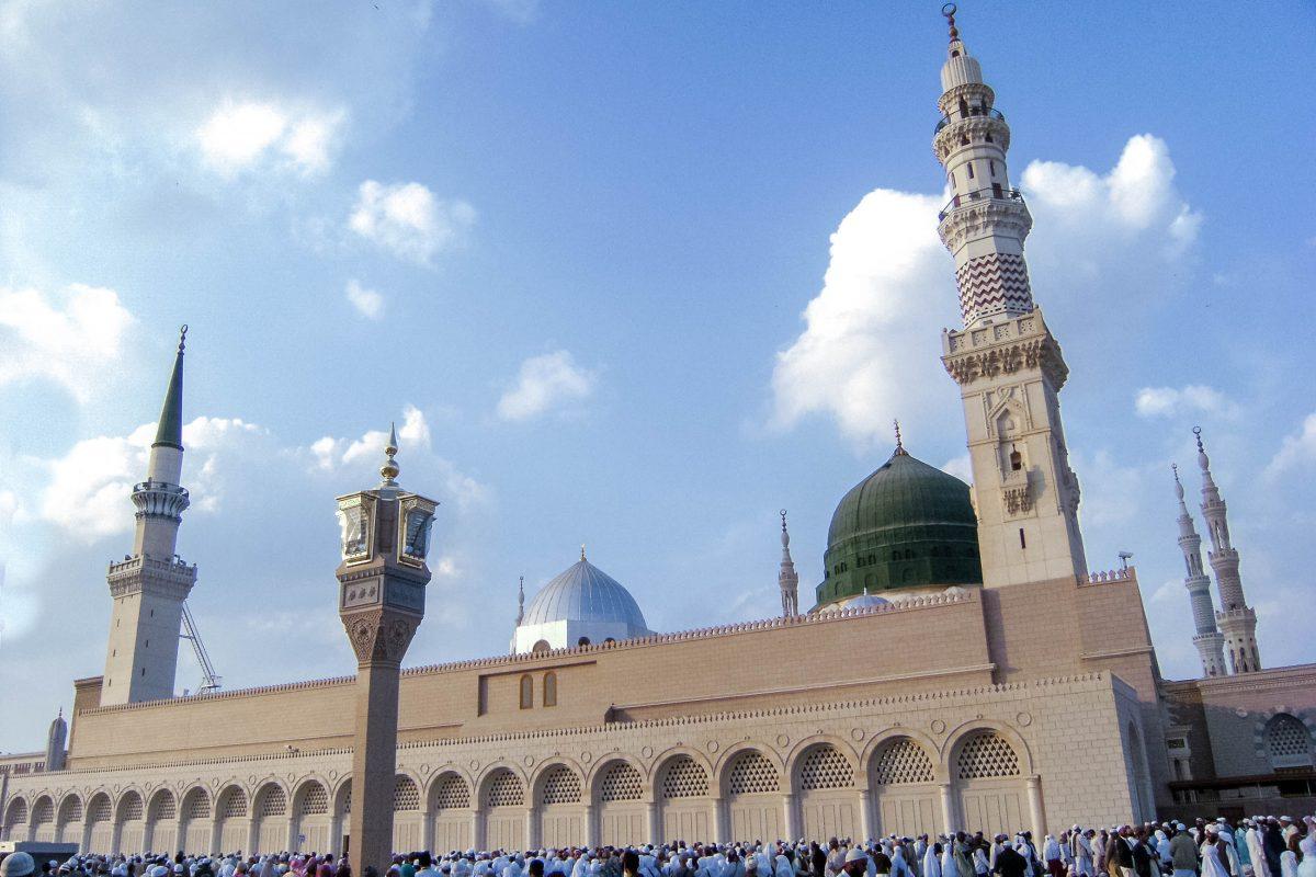 Unter der smaragdgrünen Kuppel der Masjid al Nabawi in Medina befindet sich die letzte Ruhestätte des Propheten Mohammed, Saudi-Arabien - © ahmad faizal yahya/Shutterstock