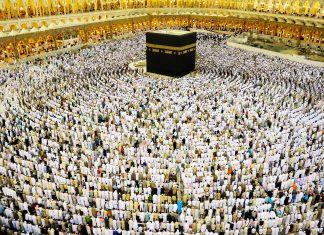 Im weitläufigen Innenhof der al-Haram-Moschee finden sich tausende Muslime rund um die Kaaba zum Gebet ein, Mekka, Saudi-Arabien - © Zurijeta / Shutterstock