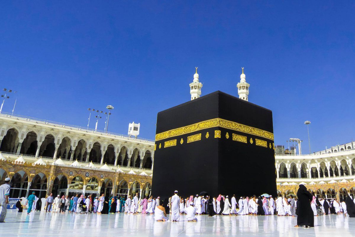 """Im Zentrum der al-Haram-Moschee thront die Kaaba, jenes """"heilige Haus"""" nach dem Muslime auf der ganzen Welt ihr Gebet ausrichten, Saudi-Arabien - © Sufi / Shutterstock"""