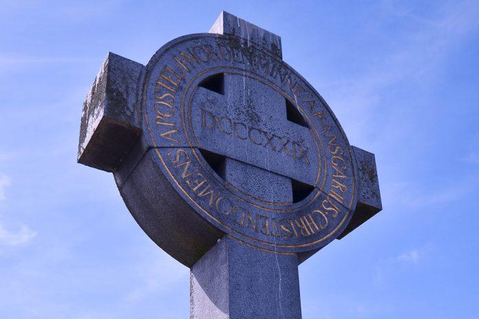 Am höchsten Punkt der Wikingersiedlung Birka wurde das Ansgar-Kreuz errichtet, ein Denkmal an den Mönch, der die Wikinger zu christianisieren versuchte, Schweden - © tantmajsan / Fotolia