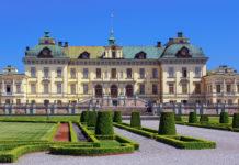 Das prächtige Schloss Drottningholm, etwa 10km vom Stadtkern Stockholms entfernt, ist der permanente Wohnsitz der schwedischen Königsfamilie - © Svenja98 / Fotolia
