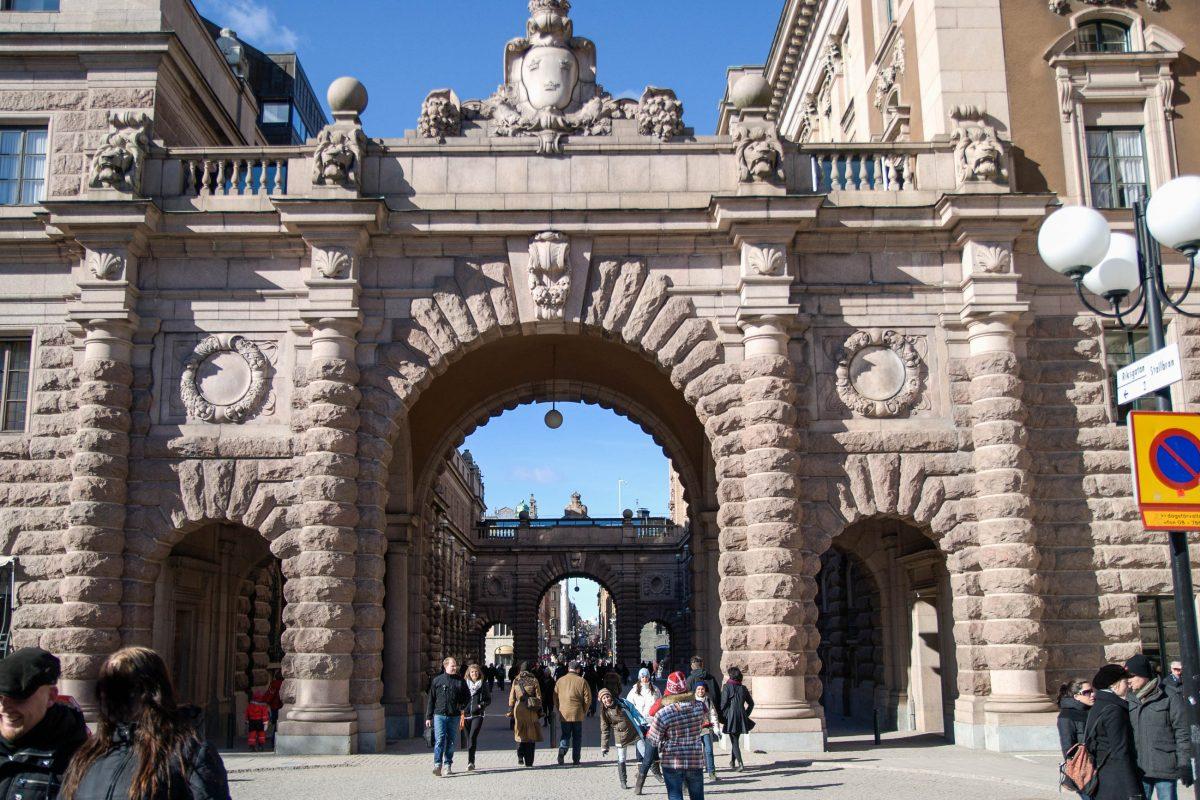 Beim Spazieren durch die Altstadt Stockholms - Gamla Stan - kann historische Luft aus den vergangenen Jahrhunderten geschnuppert werden, Schweden - © James Camel / franks-travelbox