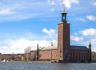 Das Rathaus der schwedischen Hauptstadt Stockholm, das Stadshuset, liegt direkt am Ufer des Mälaren und ist das Wahrzeichen der Stadt, Schweden - © James Camel / franks-travelbox