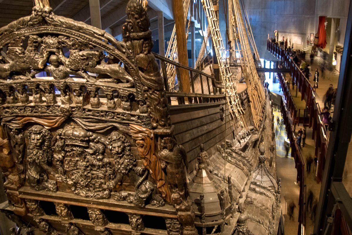 Der Schiffsrumpf der Vasa mit hunderten kunstvoll geschnitzten Figuren im Vasa Museum in Stockholm, Schweden - © James Camel / franks-travelbox
