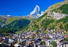 Blick auf das berühmte Bergdorf Zermatt mit dem Matterhorn im Hintergrund, Schweiz - © stevengaertner / Fotolia