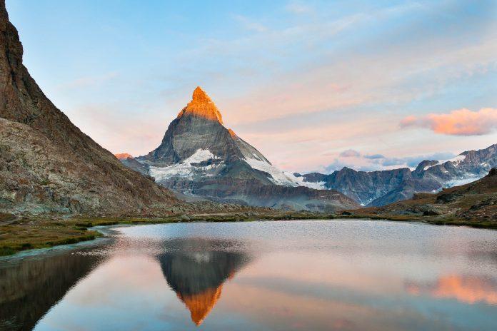Blick auf das Matterhorn, kein anderer Berg kann dem majestätischen Anblick das Wasser reichen, Schweiz - © flyfisher / Fotolia