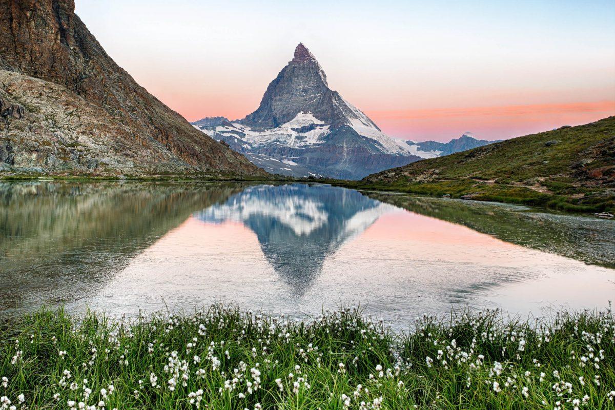 Das Matterhorn gilt unter Bergsteigern als der Inbegriff eines Berges und ist das Wahrzeichen der Schweiz - © Frank Fischbach / Shutterstock