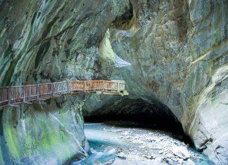Die 200m tiefe Trientschlucht im kann auf einem Steg entlang der senkrecht aufstrebenden Bergwand besichtigt werden und führt zu einem atemberaubenden Wasserfall, Schweiz - © Roland Zihlmann / Shutterstock