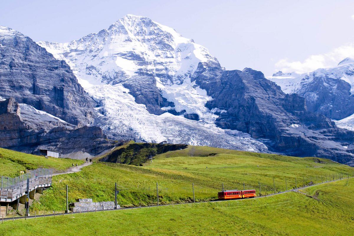 Die Jungfraubahn hat bis zum Jungfraujoch eine Länge von knapp 10 Kilometern, davon werden 7 Kilometer der Strecke in einem Tunnel zurückgelegt, Schweiz - © iroha / Shutterstock
