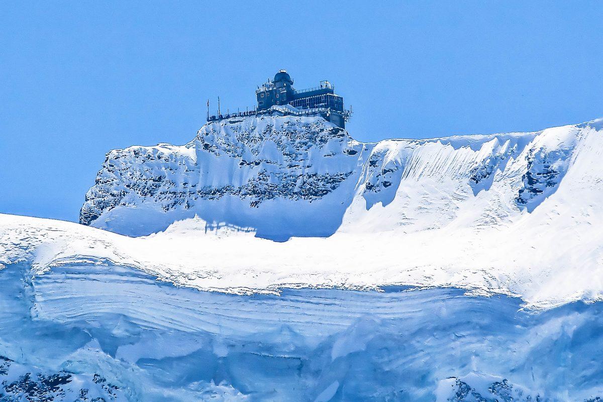 """Die """"Sphinx"""" ist eine meteorologische Forschungsstation mit einer großen Kuppel für astronomische Beobachtungen und liegt auf 3.571 Meter, Jungfraujoch, Schweiz - © Fedor Selivanov / Shutterstock"""